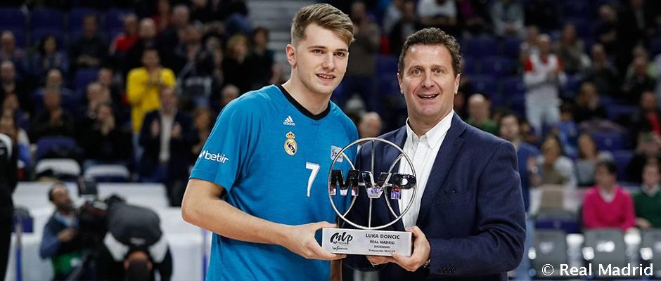Doncic recibió el trofeo de MVP de diciembre de la Liga Endesa