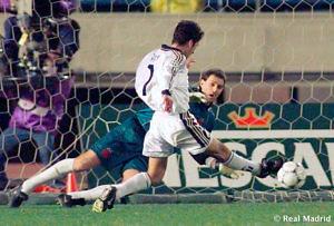 Raúl González, ex jugador del Real Madrid, anotando en la final de la Copa Intercontinental de 1998