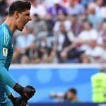 El portero belga Thibaut Courtois defendiendo la portería del Real Madrid
