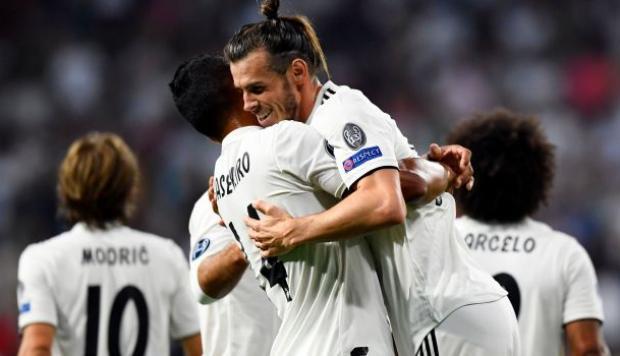 La estrella de Cardiff, Gareth Bale, abrazándose con su compañero Casemiro durante un partido