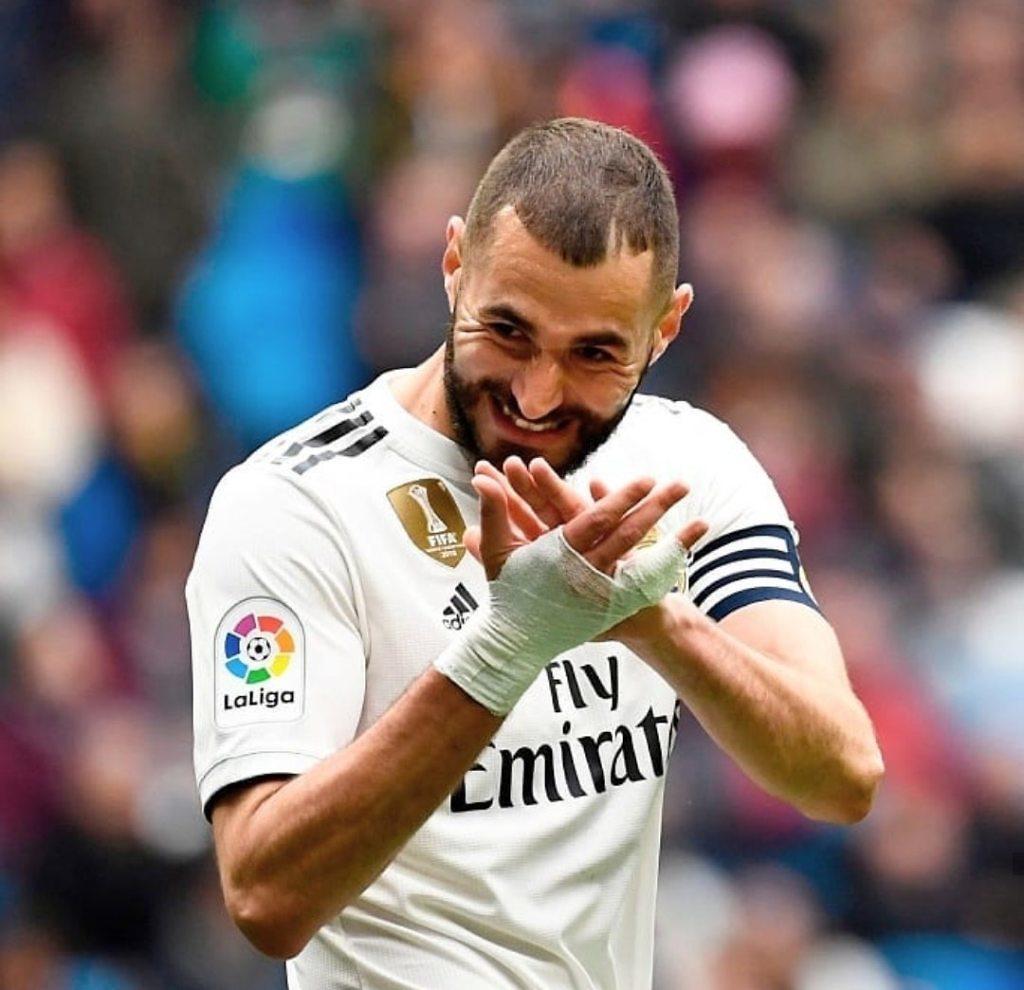 Karim Benzema, aplaudiendo a sus compañeros en un partido del Real Madrid
