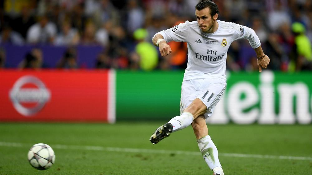 Gareth Bale anotando en la tanda de penaltis durante la final de Milan