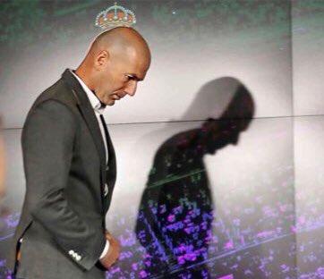 El entrenador del Real Madrid, Zidane, saliendo en rueda de prensa
